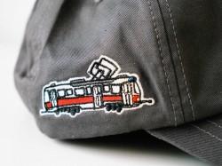 Šedá kšiltovka s tramvají T3