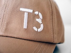 Béžová kšiltovka s tramvají T3