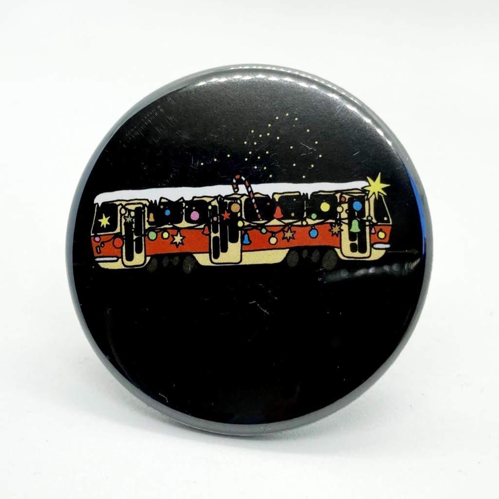 Kulatá magnetka s vánoční tramvají T3